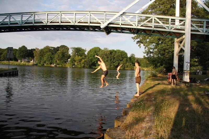 Spaß mit der Slackline über Wasser