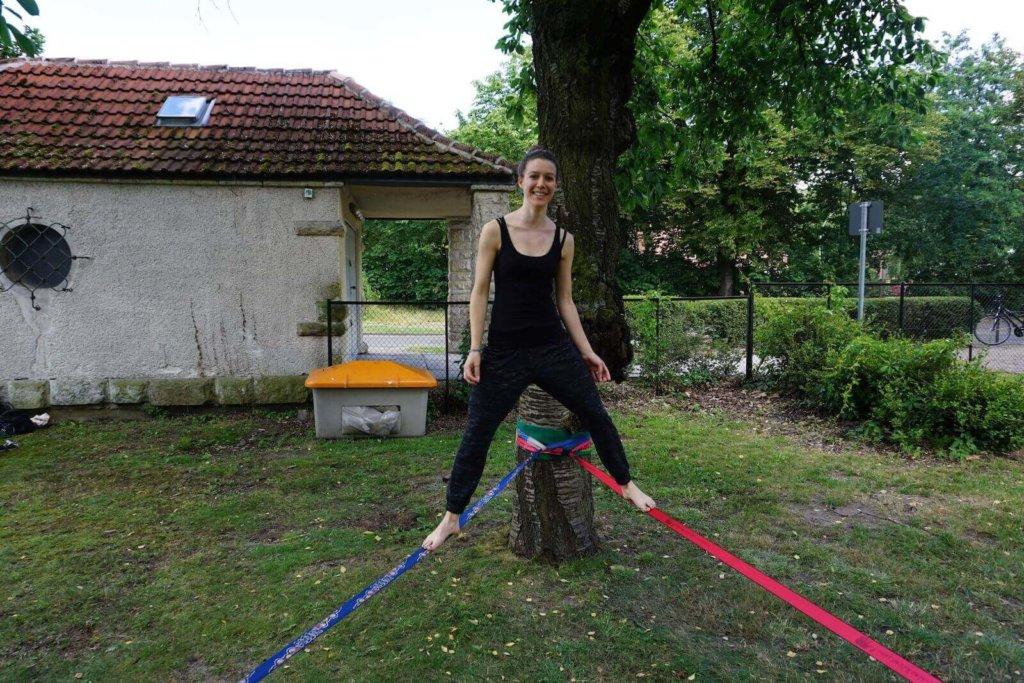2 Slacklines parallel mit balancierender Frau