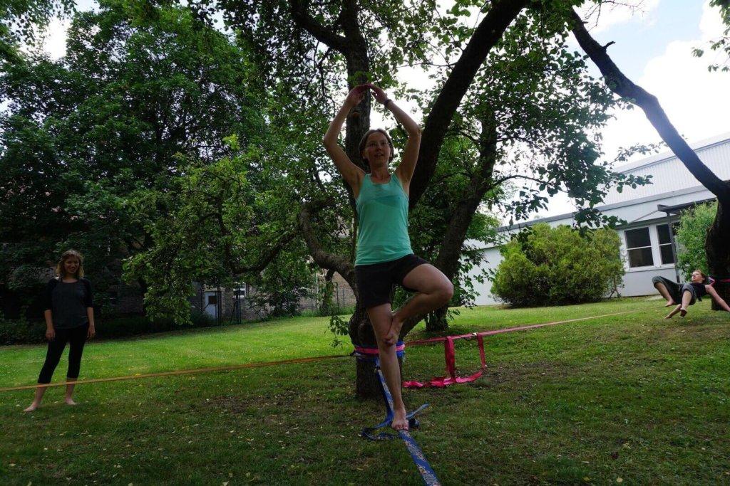 Yoga auf der Slackline Der Baum