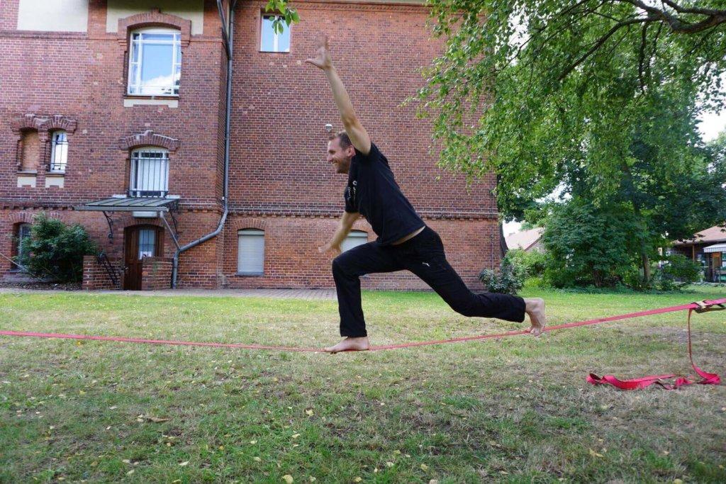 Yoga Übungen auf der Slackline