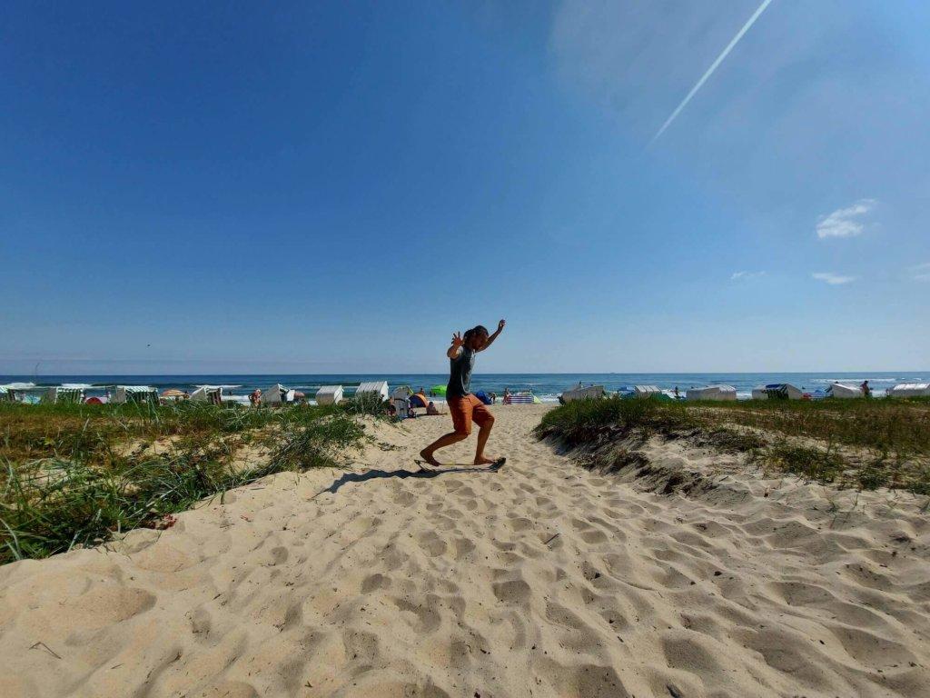 Balancieren auf der Slackline am Strand